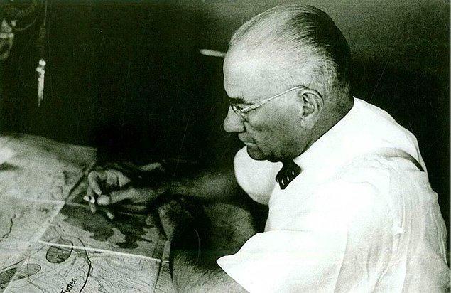 Ancak fotoğrafın Atatürk'ün çocuklarla satranç oynadığını gösterdiği iddiası doğru değil.