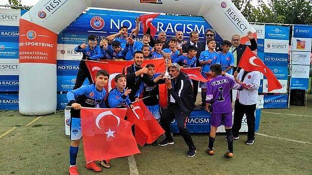 4. İspanya'nın Barcelona kentinde düzenlenen uluslararası Costa Brava Futbol Turnuvası'nda Türkiye'yi temsil eden Şırnak U13 futbol takımı, Danimarka'nın Dalum takımını yenerek şampiyon oldu. ⚽️
