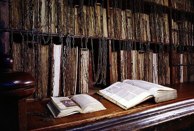1. Herefordshire'da bulunan bir kütüphanede 800'lü yıllara dayanan el yazmaları hırsızlığı önlemek amacıyla zincirlendi.