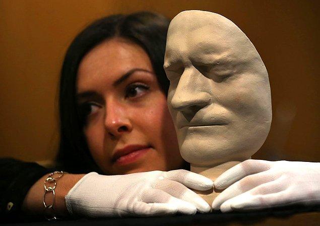 13. İskoçya'da bulunan bir kütüphanede ise ünlü fizikçi Isaac Newton'ın öldükten sonraki maskesi sergileniyor.