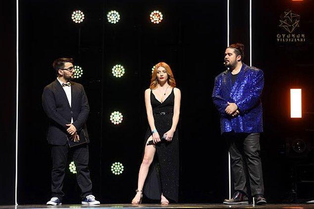 """Gecenin sunucuları Batu """"Videoyun"""" Bozkan ve Can Sungur'a Naz Frambuaz eşlik etti. Can Sungur'un göz alan yeni ceketi yine çok konuşuldu."""