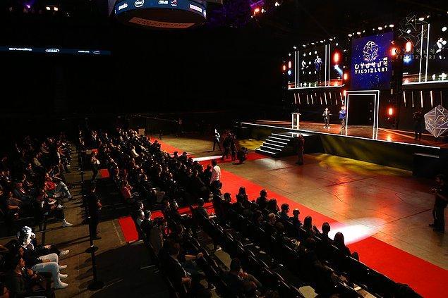 Gecede salonu dolduran izleyicilerin yanı sıra ekranları başında da 40 bine yakın izleyici geceyi canlı izleyerek hayranı oldukları izleyicilerin ödül heyecanında ortak oldu.