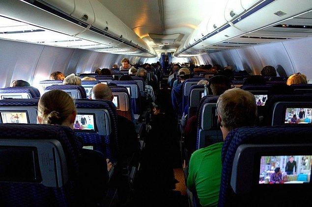 THY'nin  İzmir-İstanbul seferindeki yolculardan U. D., kalkış öncesi yanındaki çantayı kabin bagajına koymak isteyen hostese 'TNT taşıyorum, yanımdan ayıramam' dedi.