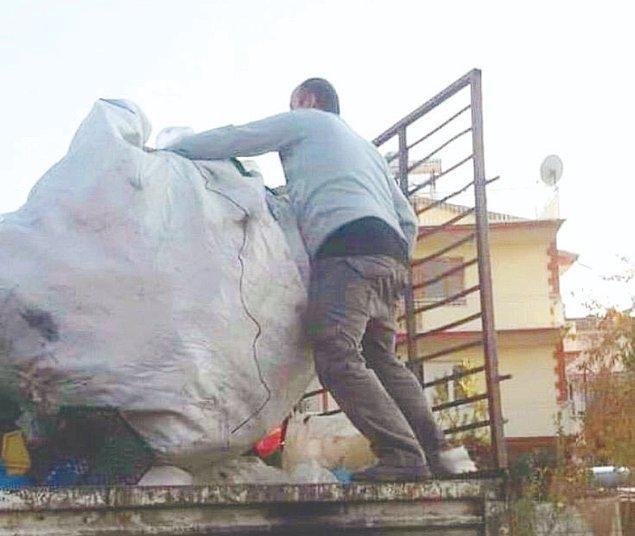 Uzuv kaybı olmadığı gerekçesi ile 'gazilik' ünvanı verilmeyen Akbulut, plastik şişeler toplayıp geçimini sağlamaya çalışıyor