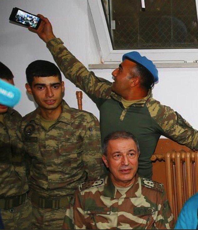 8. Genelkurmay Başkanı'nın ziyareti sırasında toplu selfie çeken yürek yemiş asker
