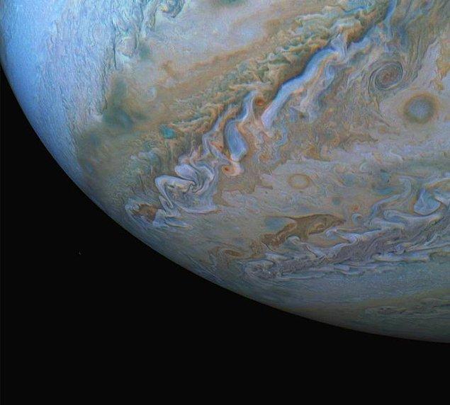 25. Umarız NASA, Jüpiter'in yörüngesinde olmaya ve bizi bu nefes kesici fotoğraflarla buluşturmaya devam eder. 😍