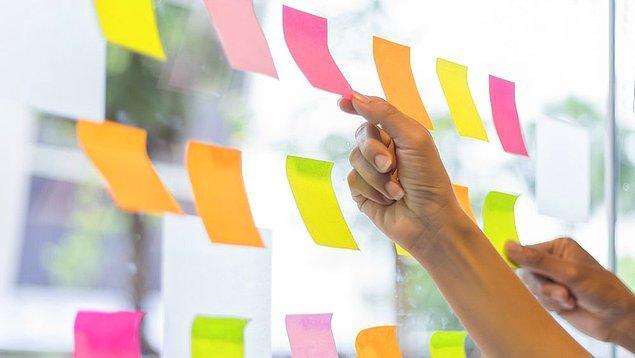 Çalışanlar kağıtlara gitmesini istediği bir ya da birkaç ismi yazdı