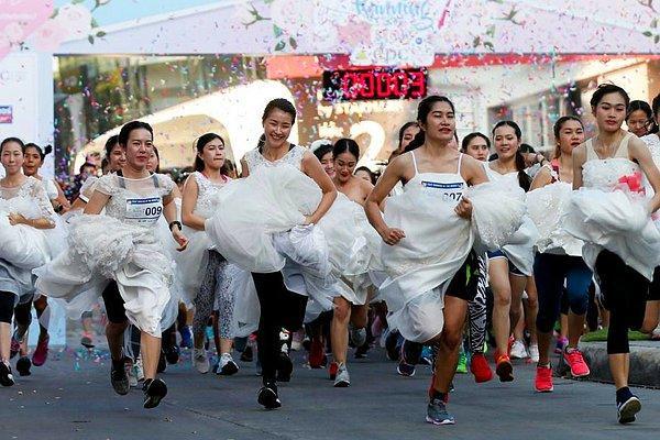 В свадебных платьях и кроссовках навстречу Мальдивам: в Таиланде состоялся забег невест