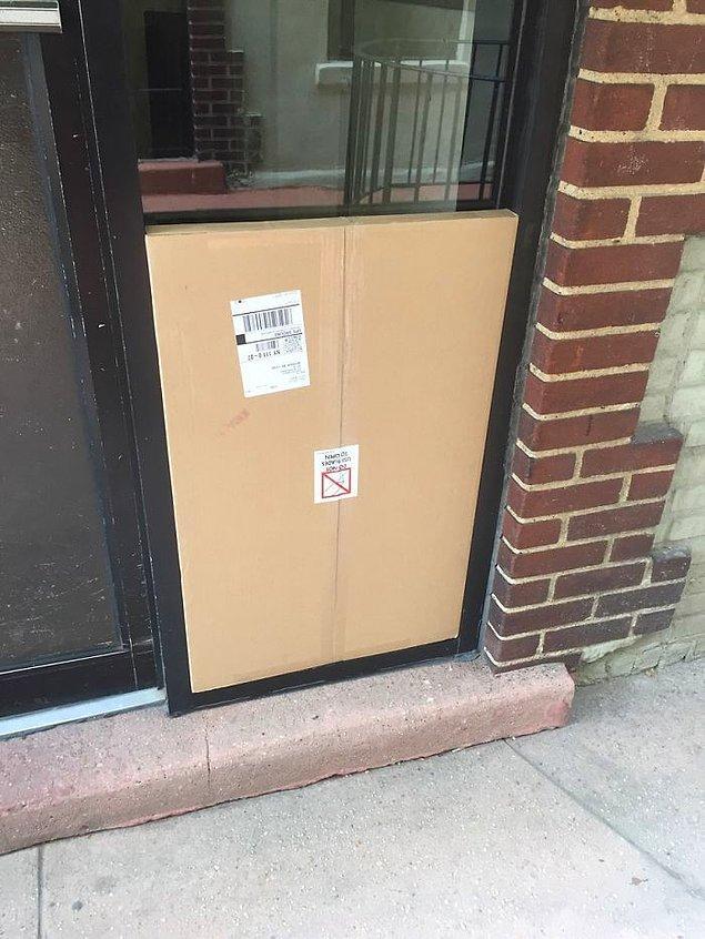 """5. """"Kargo görevlisi bu paketi binanın kapısına bıraktıktan sonra çok iyi hissetmiş olmalı."""""""