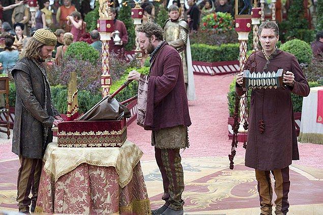 39. Yapımcı Benioff, başlangıçta dizinin jenerik müziğinin, Lannister hanesine ait olan ''The Rains of Castamere'' olmasını istemiş ancak D.B. Weiss buna karşı çıkmış.
