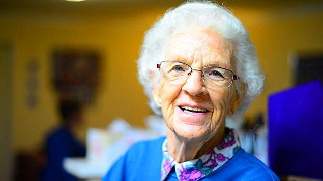 20. Çocuk büyükannesine sarılınca birden, ''Sen çok yaşlısın, yakında öleceksin'' demiş ve duvardaki saate bakmış.