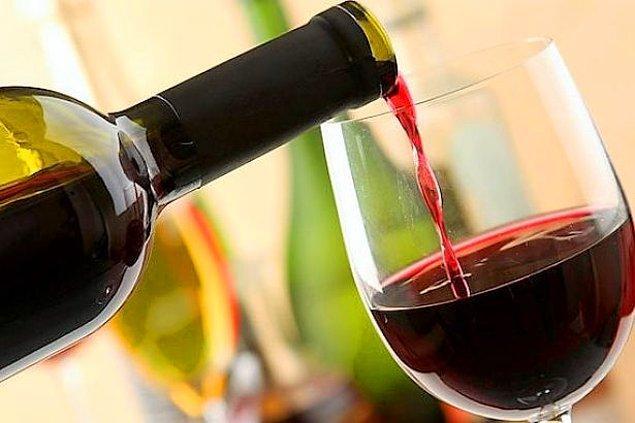 Bir kadeh şarap tüketmek beyne son derece iyi geliyor. Serbest radikallerin saldırısına karşı beyninizi en güzel taze sebzeler ve şarap korur...