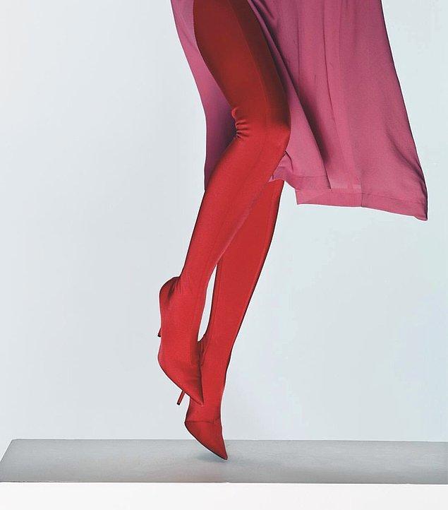 Kırmızı çorap formlu Balenciaga çizmeler, 1400 dolar yani 7.400 lira.