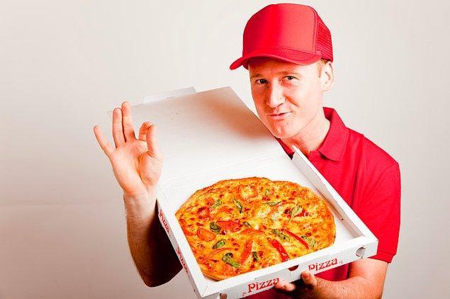 """5. """"Pizza taşıyan birisini kimse durdurmaz. Bu yöntemle konserlerde sahne arkasına bile girebilirsiniz."""""""
