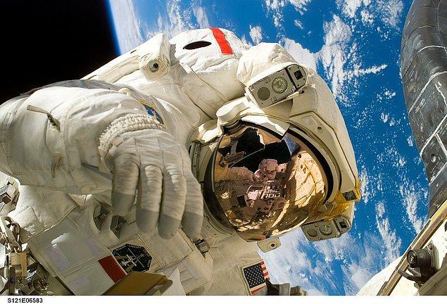 """Bir insanın, uzayda ışık hızında yolculuk yapıp daha sonra Dünya'ya dönmesi durumunda, uzayda yolculuk yapan insan için zaman """"daha yavaş"""" akar. Yani Dünya'ya iniş yaptığında geleceğe gitmiş olur."""