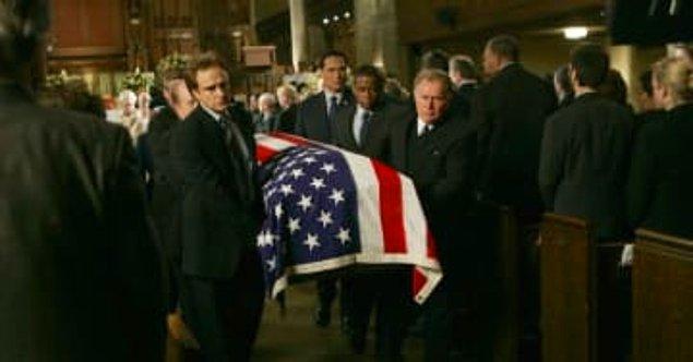 17. ''The West Wing''de Leo McGarry'nin cenaze sahnesi.