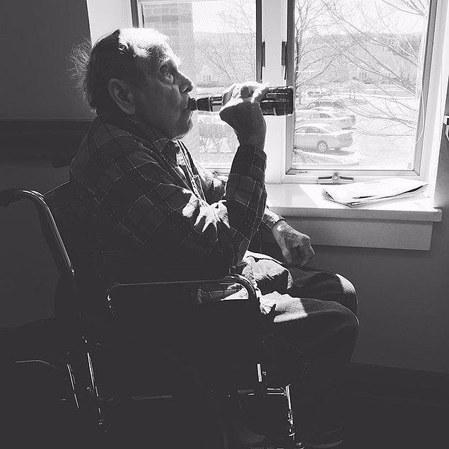 """7. """"Büyükbabam hayata gözlerini yummadan bir hafta önce. En sevdiği birasını gizlice kaldığı huzur evine sokmuştum."""""""