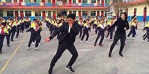 Директор школы из Китая прославился в соцсетях, показав миру, как он проводит зарядку с учениками