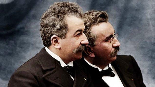 1895: Lumieres kardeşler, sinemayı icat ettiler.