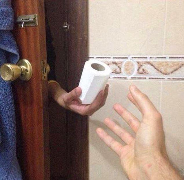 15. Tuvalete girmişken kağıdın bittiğini fark ettiğin o an... Ağlamamak elde değil, ta ki o el kapıda görünene kadar... :)
