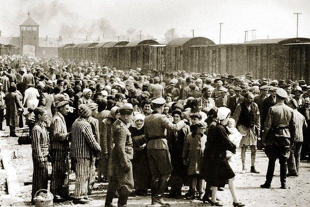 Macaristanlı Yahudiler'in Almanlar'ın işgali altındaki Polonya'daki Auschwitz-Birkenau'ya gelişi, Haziran 1944.