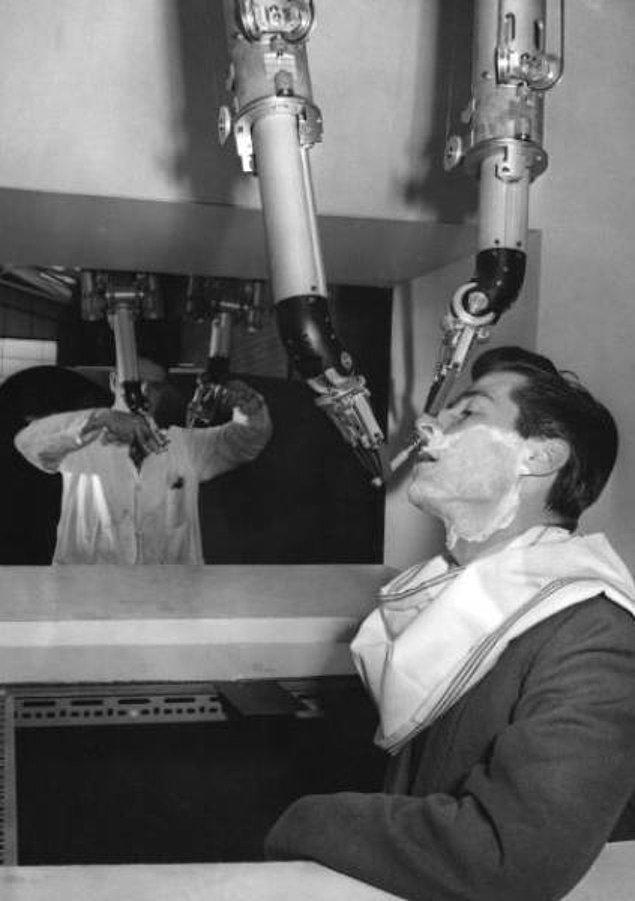 8. Erkek tıraşını yapmak için elle kontrol edilebilen mekanik bir yarı-robot (1959)