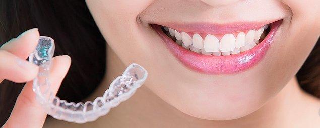 Şeffaf plakları günde yaklaşık 20-22 saat takmak gerekmektedir. Kalan 2- 4 saatte ise sadece yemek yemek ve diş fırçalamak için çıkarılabilir.