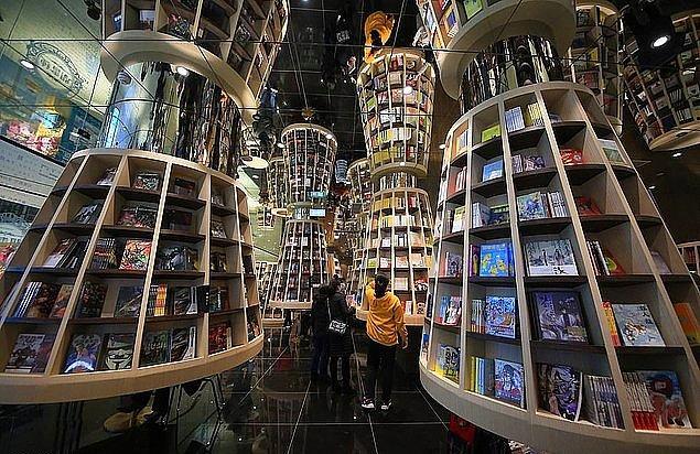 Aynalı tavan, kitap raflarının uzunluğunu tam iki katıymış gibi gösteriyor ve ortaya mükemmel görüntüler çıkıyor. Her odanın da ayrı bir teması bulunuyor.