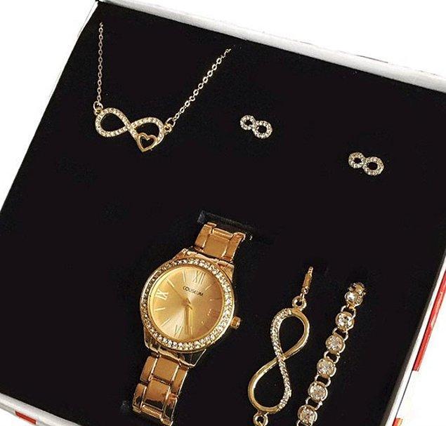 7. Ne alacağınıza bir türlü karar veremiyorsanız, hepsini alın! Kalpli kolye, küpe, bileklik ve saat seti kararsız aşıklar için...