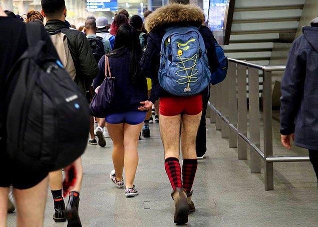 Hayatlarına gayet normal devam eden pantolonsuzlar gidecekleri yere kadar yolculuklarına devam ettiler.