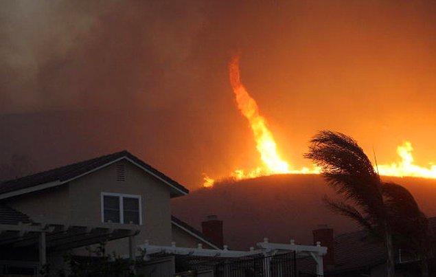 20. 2008 yılında California'da bir yangın hortumu.