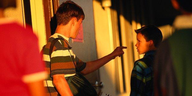 Bahçeye giderken okuldan kavgalı olduğun üst dönemden iki çocuk önünü kesti ve para istedi: