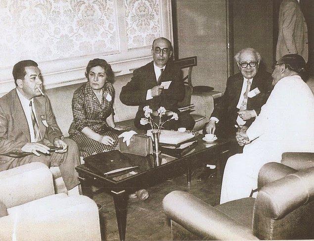 Hazırlanıp odasından çıkan Ağaoğlu Atatürk'ün yanına gider ve şu sözleri duyar: Latife bugün seni öğle yemeğine bekliyor.