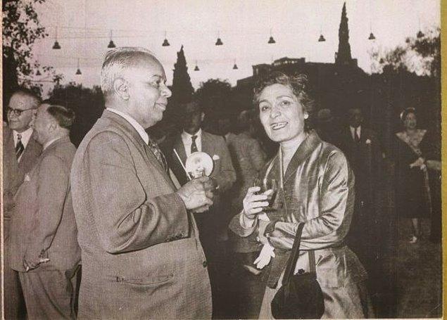 Süreyya Ağaoğlu dün akşam yemekte bulamadığı desteği bir anda gördüğünde şaşırır ve Latife Hanım'a bu olayın aslını sorar.