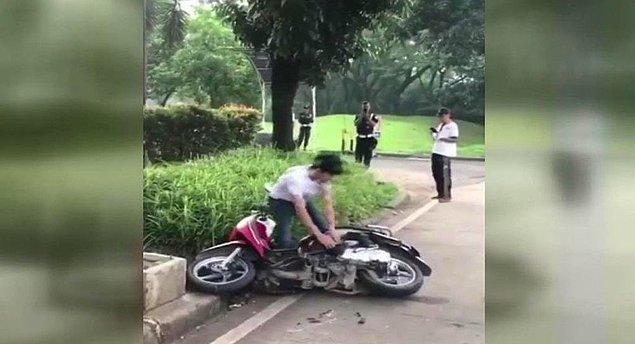 Kadın ağlarken erkek motosikleti parçaladı.