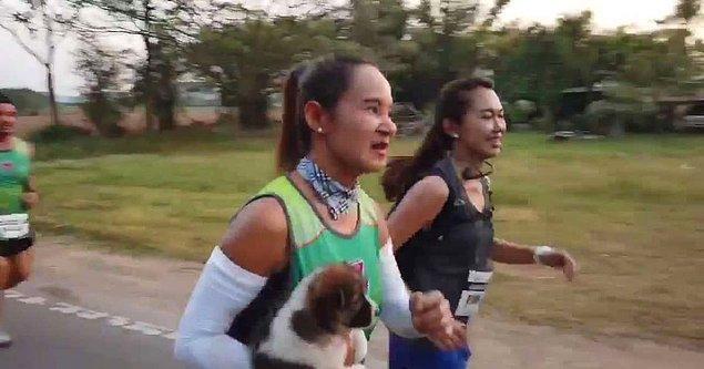 Oldukça sevimli görüntülerin kaydedilmesini de sağlayan kadın, maratonu elinde köpekle bitirdi.