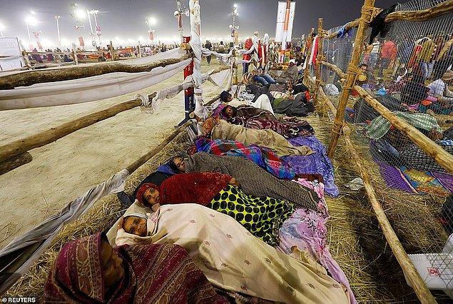 Festival süresince Ganj Nehri kıyılarında uyuyan insanlar.
