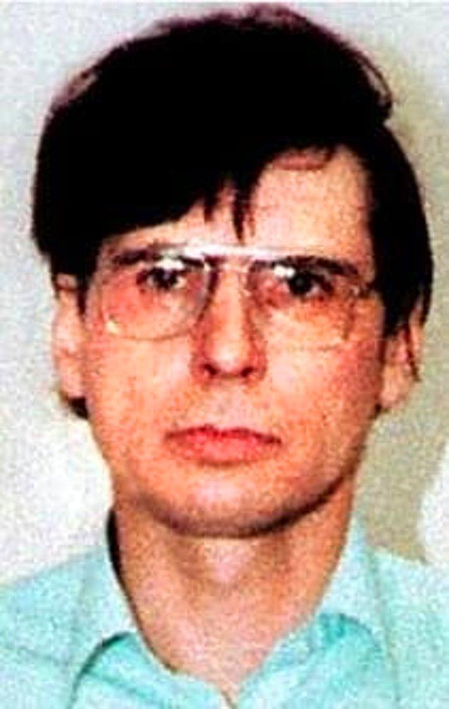 """13. """"Öldürdükten sonra onu yıkadım ve çıplak bedenini koltuğa yatırdım. Onu öyle huzurlu görmenin insanı sakinleştiren bir yönü vardı."""" -Dennis Nilsen"""
