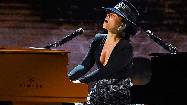 Ödül törenini tam 15 defa Grammy müzik ödülünü kazanan Alicia Keys sundu.
