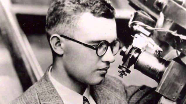 1930: Amerikalı astronomi tutkunu Clyde Tombaugh, 33 cm'lik bir teleskopla Plüton cüce gezegenini keşfetti.
