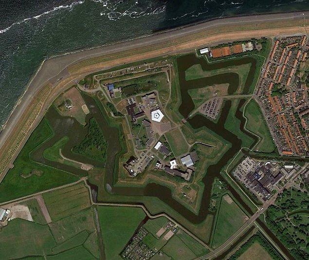 """12. """"Hollanda'da bir kale."""""""