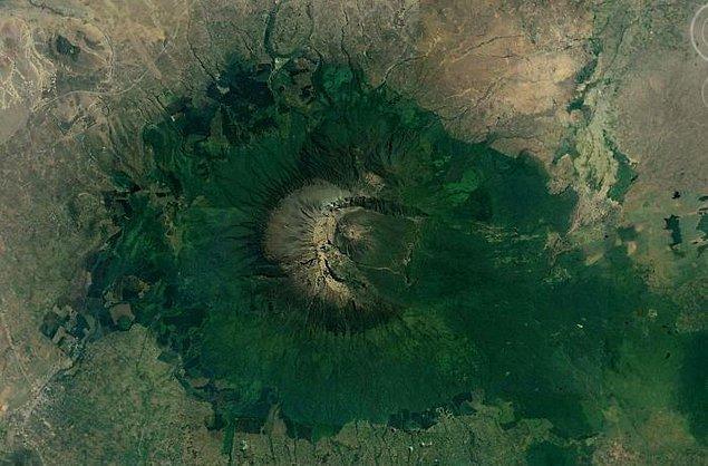 """21. """"Büyük Rift Vadisi'nde, nemli bir iklime sahip ve çok asimetrik bir kraterin bulunduğu, St. Helens Dağı'na benzeyen bir başka volkan."""""""