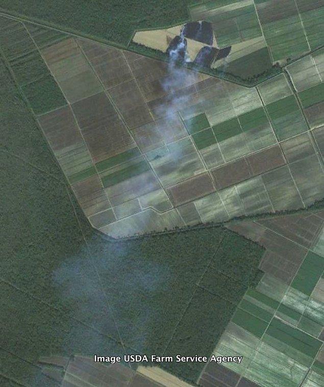 """25. """"ABD'nin güneyindeki Louisiana eyaletinde yanan bir şeker kamışı tarlası. Bu, tarlada kalan bitki ve köklerin tümünü çıkarmak için yaygın olarak yapılır. Şeker kamışı bir ottur, bu yüzden bir sürü organik malzeme artıkları vardır."""""""