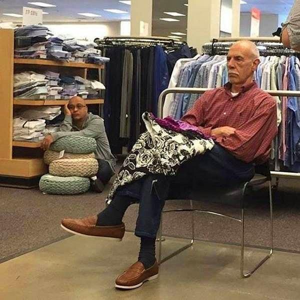В ожидании своей жены в магазине...