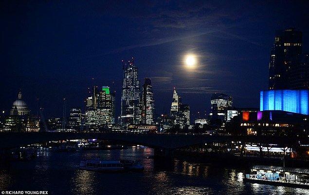 5. Yaydığı ışık ve büyüklüğüyle Süper Ay, Londra gecelerini aydınlattı.