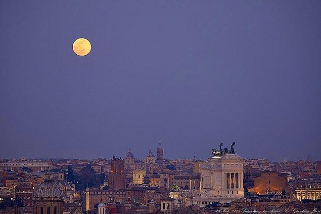 6. Roma'da şehir karanlıklaşırken, Ay parlamaya hazırlanıyor.