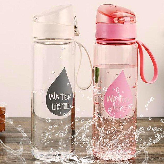 Uzun bir süre dışarıda olacağınız günlerde tekrar kullanılabilen su şişelerinden alabilirsiniz. Şişenizi, arıtılmış su hizmeti veren yerlerden doldurabilirsiniz.