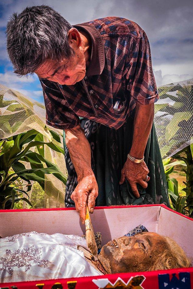 Bakım işleminde toprakları ve böcekleri temizlenen bedenler, formalin ile tekrar mumyalanıyorlar.