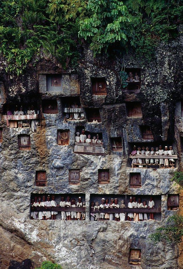 ... Bu sayede kuklalar kayaların içerisindeki tabutları temsil ediyor.