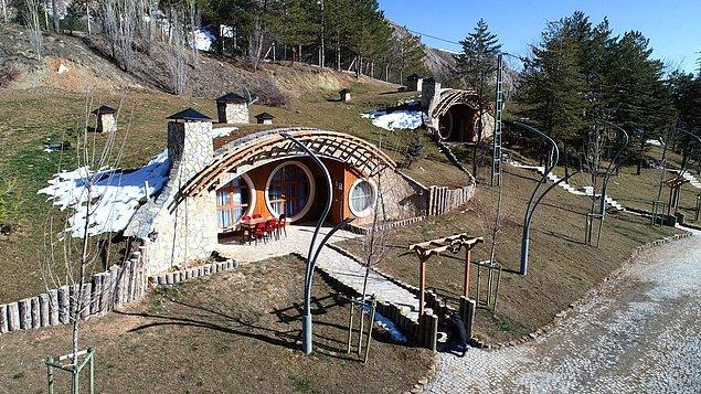 Hobbit Köyü'nü gezmeye gelenler ise evleri çok beğendiklerini ve mutlaka içinde kalmak istediklerini söylüyor